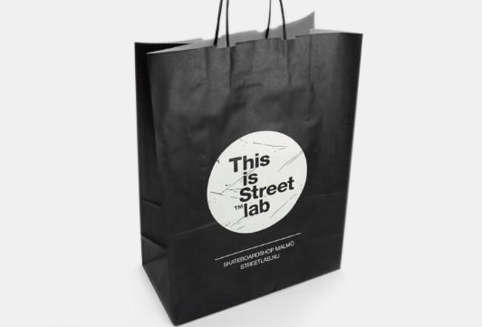 Profilerade papperspåsar är  en mångsidig produkt och en viktig del i en butiks eller företags marknadsföring. Butikspåsar med tryck
