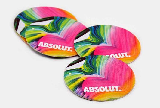Glasundelägg / Coasters av kartong i runt och kvadratisk form, det går även att formskäras efter din logotype eller symbol. Glasunderlägg med tryck